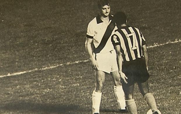 Oldair marca Garrincha na final da Taça Guanabara de 1965 (Foto: Reprodução SporTV)