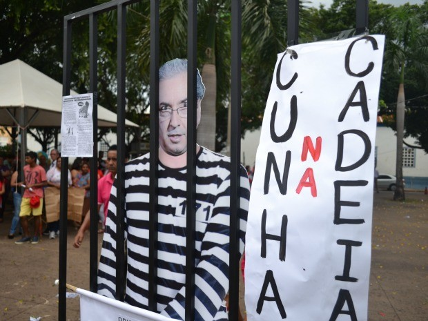 Manifestação foi na Praça Ipiranga, centro de Cuiabá. (Foto: Renê Dióz/G1)