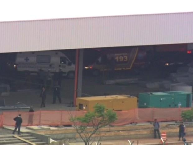 Carros de equipes de emergência noAeroporto de Guarulhos (Foto: Reprodução/ TV Globo)