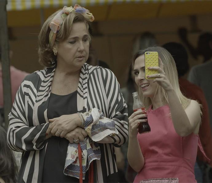 Fedora não resiste a uma selfie (Foto: TV Globo)