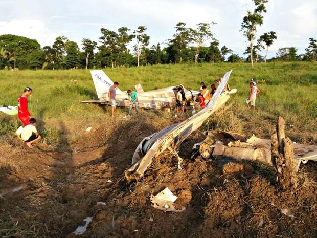 Bimotor caiu minutos após decolar no interior do Acre  (Foto: Divulgação/PM)