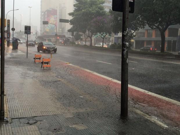 Calçada da Rua da Consolação tem excesso de água (Foto: Isabela Leite/G1)