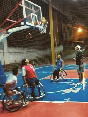 Basquete sobre rodas em treino de arremessos  (Foto: Adapp / Divulgação)
