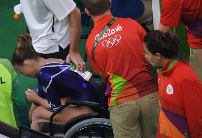 Jade Barbosa deixa arena em cadeira de rodas (Foto: Marcelo Hazan)