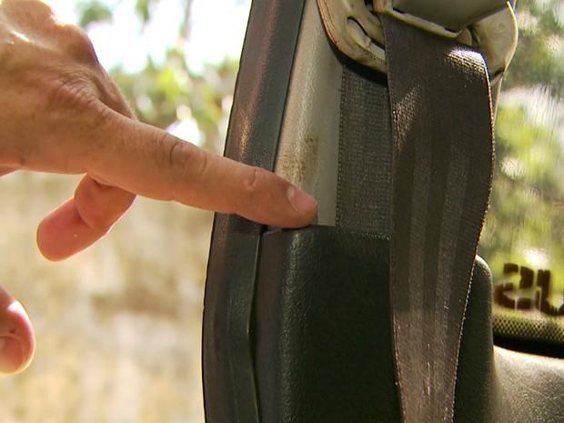 Mancha de sangue aponta que o corpo do adolescente foi transportado no carro da mãe e do padrasto (Foto: Reprodução/EPTV)