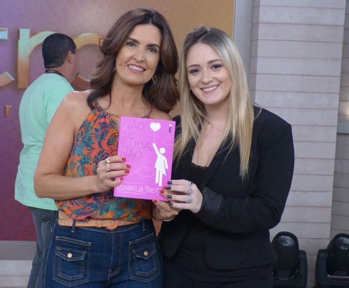 A escritora Isabela Freitas nos bastidores com a Fátima  (Foto: Cristina Cople/Gshow)