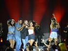 Belo é agarrado por fãs durante gravação de DVD em Salvador