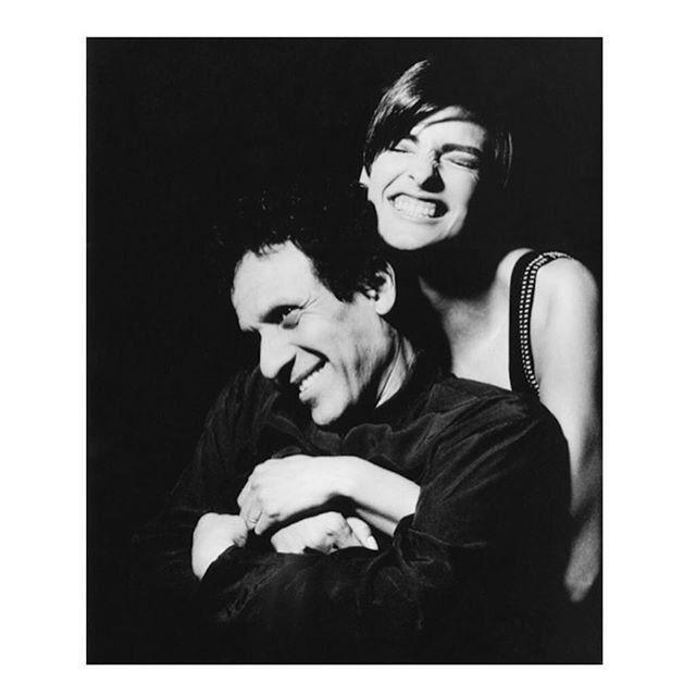 Uma das modelos favoritas de Alaïa, Linda Evangelista publicou uma foto em que aparece ao lado do estilista, no começo de sua carreira (Foto: reprodução/instagram)
