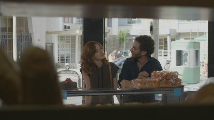 Ana Luiza pede a Elio para instalar gps no carro de Mág (Foto: TV Globo)