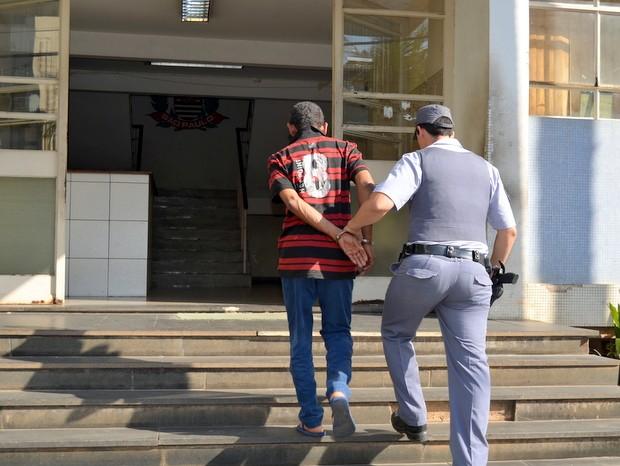 Homem foi preso em flagrante após agredir ex-mulher em Piracicaba (Foto: Fernanda Zanetti/G1)