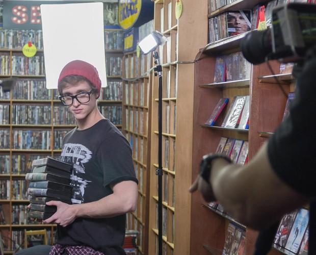Gustavo Tibi vive um adolescente nerd com uma paixão platônica em primeiro clipe da Jamz (Foto: Divulgação/Marcela Melchiades)