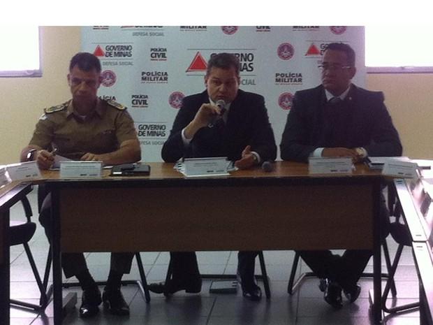 Comandante geral da Polícia Militar, Coronel Márcio Martins Sant´Ana; secretário de Estado de Defesa Social, Rômulo de Carvalho Ferraz e superintendente de Investigação e Polícia Judiciária da Polícia Civil, delegado Jeferson Botelho. (Foto: Diego Souza/G1)