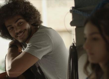 Pedro canta música que fez para Luciana