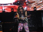 Steven Tyler joga água nos fãs durante show do Aerosmith no Rio