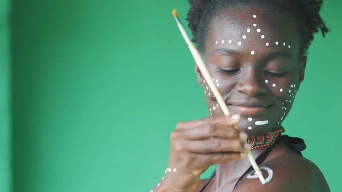 A brasileira Cássia Santos pesquisa dança em suas viagens (Foto: TV Bahia)