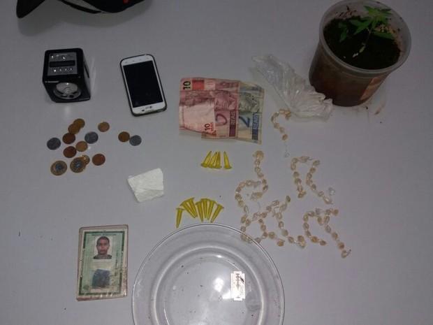 Polícia apreendeu drogas e R$ 21 em Jaú (Foto: Polícia Militar/Divulgação)
