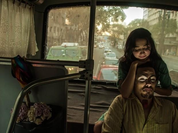 'Dentro É Lugar Longe' se passa dentro de um ônibus (Foto: ChristianeForcitoni/Divulgação)