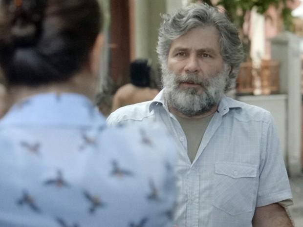 Manuel fica assustado ao ver a esposa e filha chegando de São Paulo (Foto: TV Globo)