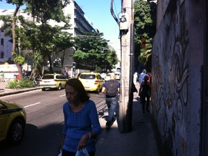 Poste de energia dificulta a passagem pela Avenida General Polidoro. (Foto: Mariucha Machado/G1)