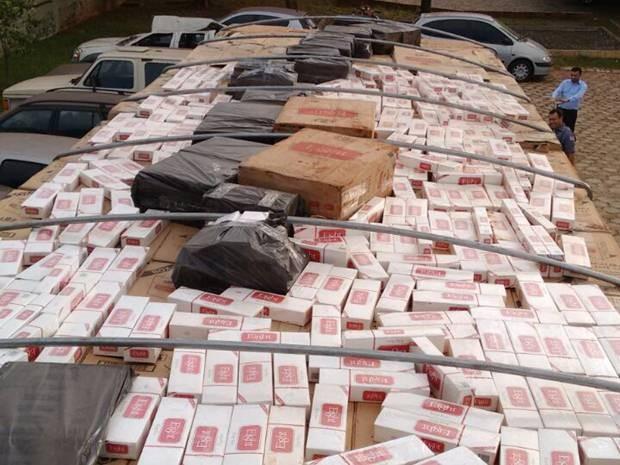 Carreta com cigarro foi apreendida pela polícia (Foto: Divulgação/Polícia Rodoviária)
