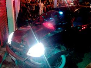 Após sofrer os disparos, motorista do Ford Ka perdeu controle da direção e bateu em estabelecimento comercial (Foto: Cedida/PortalBO)