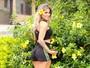 Vanessa Mesquita posa de shortinho e exibe as pernas saradas