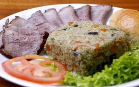 Salada de cuscuz marroquino com legumes grelhados e molho pesto