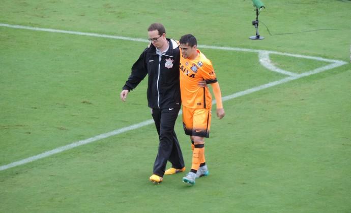 Fagner é substituído e sai mancando, após torcer o tornozelo direito (Foto: Marcelo Hazan)