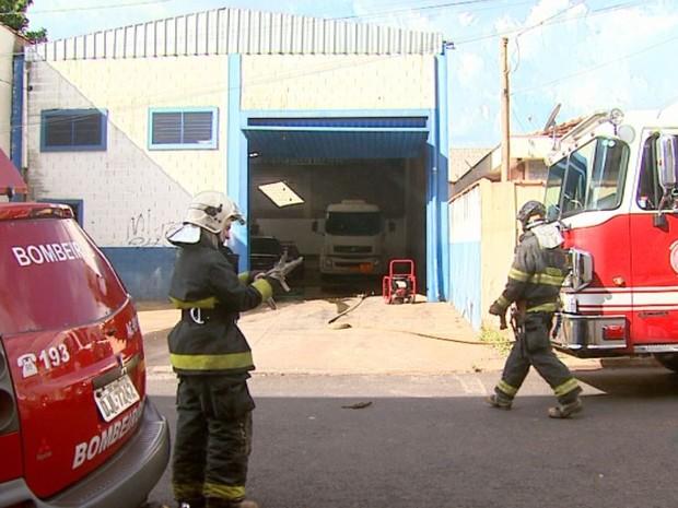 Bombeiros isolaram galpão na Vila Elisa, em Ribeirão Preto, SP, por risco de explosão (Foto: Reprodução/EPTV)