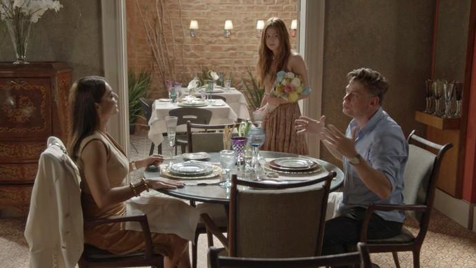 Arthur e Carolina falam de Eliza como se menina fosse uma coisa (Foto: TV Globo)