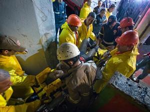 Prefeito Luciano Rezende e equipe no resgate da mulher que ficou embaixo de escombros, em caratoíra, Vitória (Foto: Yuri Barichivich/ PMV)