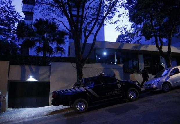 Polícia Federal cumpre mandato de busca e apreensão no apartamento do senador Aécio Neves, em Belo Horizonte (Foto: Marcos Alves/Agência O Globo)