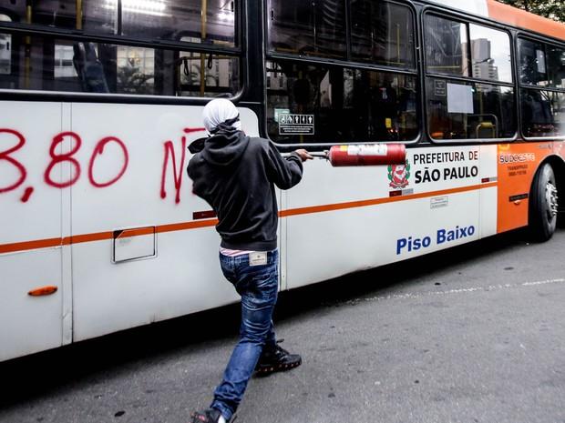 Homem depreda ônibus no Centro de SP em ato contra o aumento da passagem (Foto: Gabriela Biló/Estadão Conteúdo)