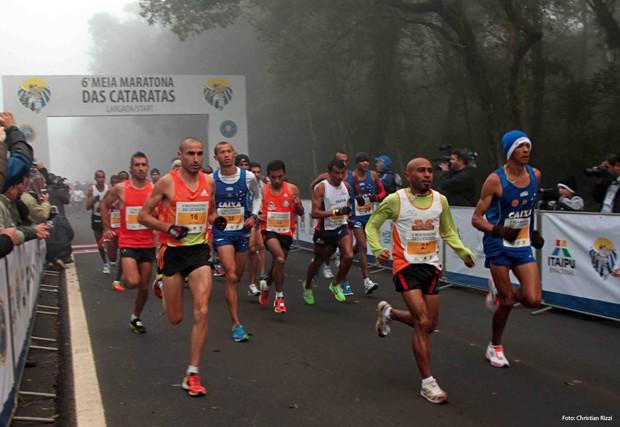 Meia Maratona corre pela Rodovia das Cataratas em meio ao verde e as belezas do Parque Nacional (Foto: Divulgação)