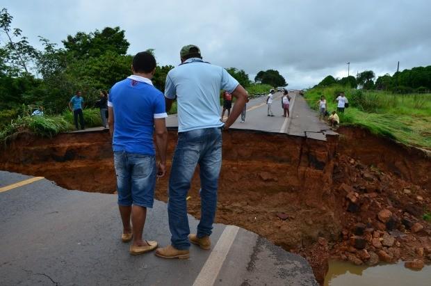 Força da água da chuva fez galeria desmoronar e asfalto da BR-364 foi levado (Foto: Magda Oliveira/G1)