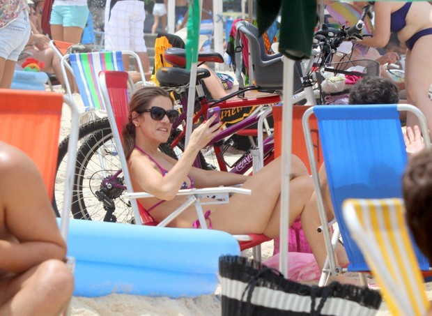 Ingrid Guimarães na praia (Foto: J.Humberto / AgNews )