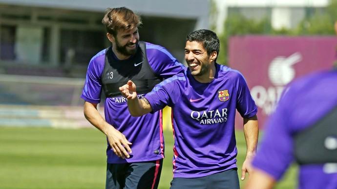 Suárez Piqué treino Barcelona (Foto: Reprodução / Facebook)