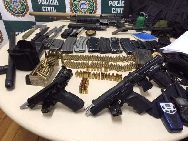 Material apreendido em operação contra milícia no Rio (Foto: Káthia Mello / G1)
