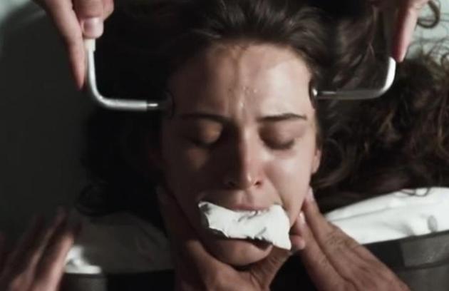 Clara (Bianca Bin) levou choque elétrico num hospício em 'O outro lado do paraíso' (Foto: Reprodução)