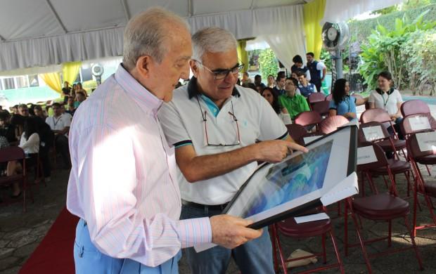 Jacques Menassa mostra presente a Phelippe Daou (Foto: Katiúscia Monteiro/ Rede Amazônica)