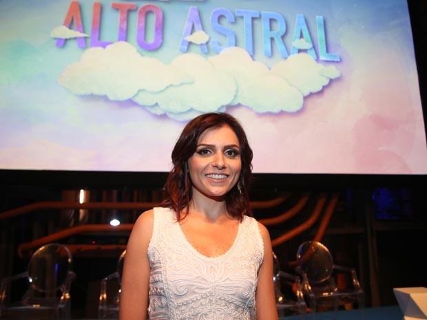 Monica Iozzi está feliz da vida como atriz em Alto Astral  (Foto: TV Globo / Luciano Vicioni)