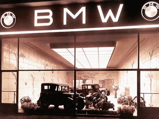 Loja da BMW em Berlim, em 1929, quando começou a produção de carros (Foto: Divulgação)
