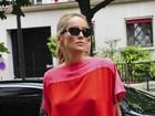 Sharon Stone sai sem sutiã durante passeio em Paris