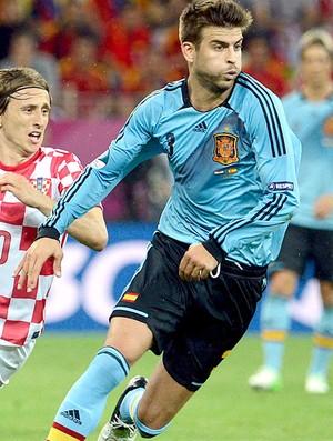 Croácia x Espanha, Piqué e Luka Modric (Foto: Agência EFE)