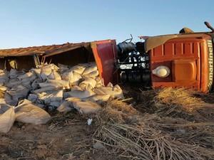 Carreta estava carregada de açúcar no momento do acidente  (Foto: Blog do Sigi Vilares)