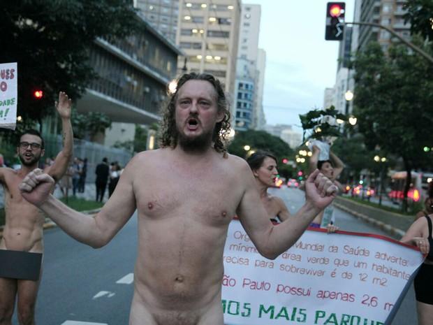 Homem fica nu em frente à Câmara Municipal de São Paulo durante protesto na tarde desta quinta-feira (25) (Foto: Marcelo Brandt/G1)
