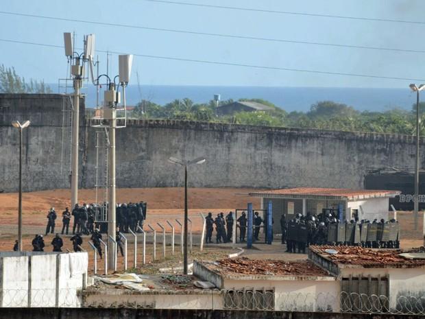 Tropa de Choque da PM do Rio Grande do Norte entra na penitenciária estadual de Alcaçuz, na Grande Natal (Foto: Fred Carvalho/G1)