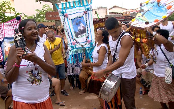 Banda de Congo do Mestre Alcides animou o cortejo na Barra do Jucu, em Vila Velha (Foto: Divulgação/TV Gazeta ES)