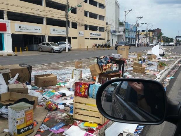 Morador de rua tem espalhado lixo na Avenida Prainha em Cuiabá (Foto: Luciana Giradelo/TVCA)