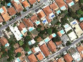 Casas de alto padrão na QI 17 do Lago Sul, onde desempregada ganhou ação de usucapião sobre imóvel em que mora há 22 anos (Foto: Reprodução)
